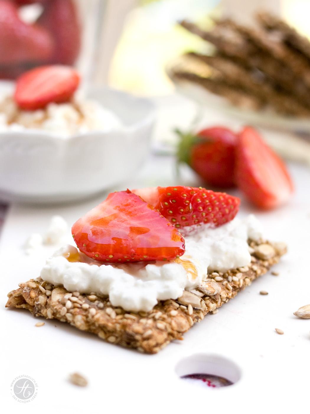 Ein Rezept für selbstgebackenes Sesam-Sonnenblumenkern-Knaeckebrot mit Vanillefrischkäse und Erdbeeren zum #FitFriday von Sarahs Krisenherd