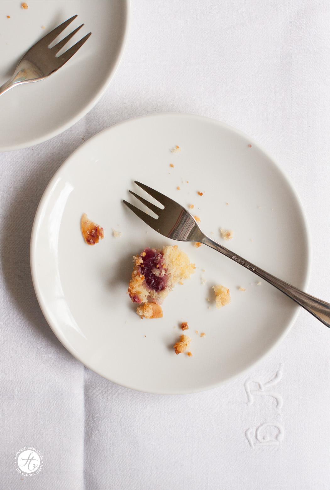 Kirsch-Buttermilch-Kuchen mit knuspriger Mandelkruste | Rezept von feiertaeglich.de #feiertaeglich #kirschen #ichbacksmir