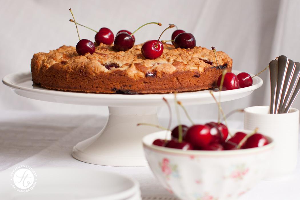 Kirsch-Buttermilch-Kuchen mit knuspriger Mandelkruste | Rezept von feiertaeglich.de #feiertaeglich #kirschen #ichbacksmir #kirschbuttermilchkuchen