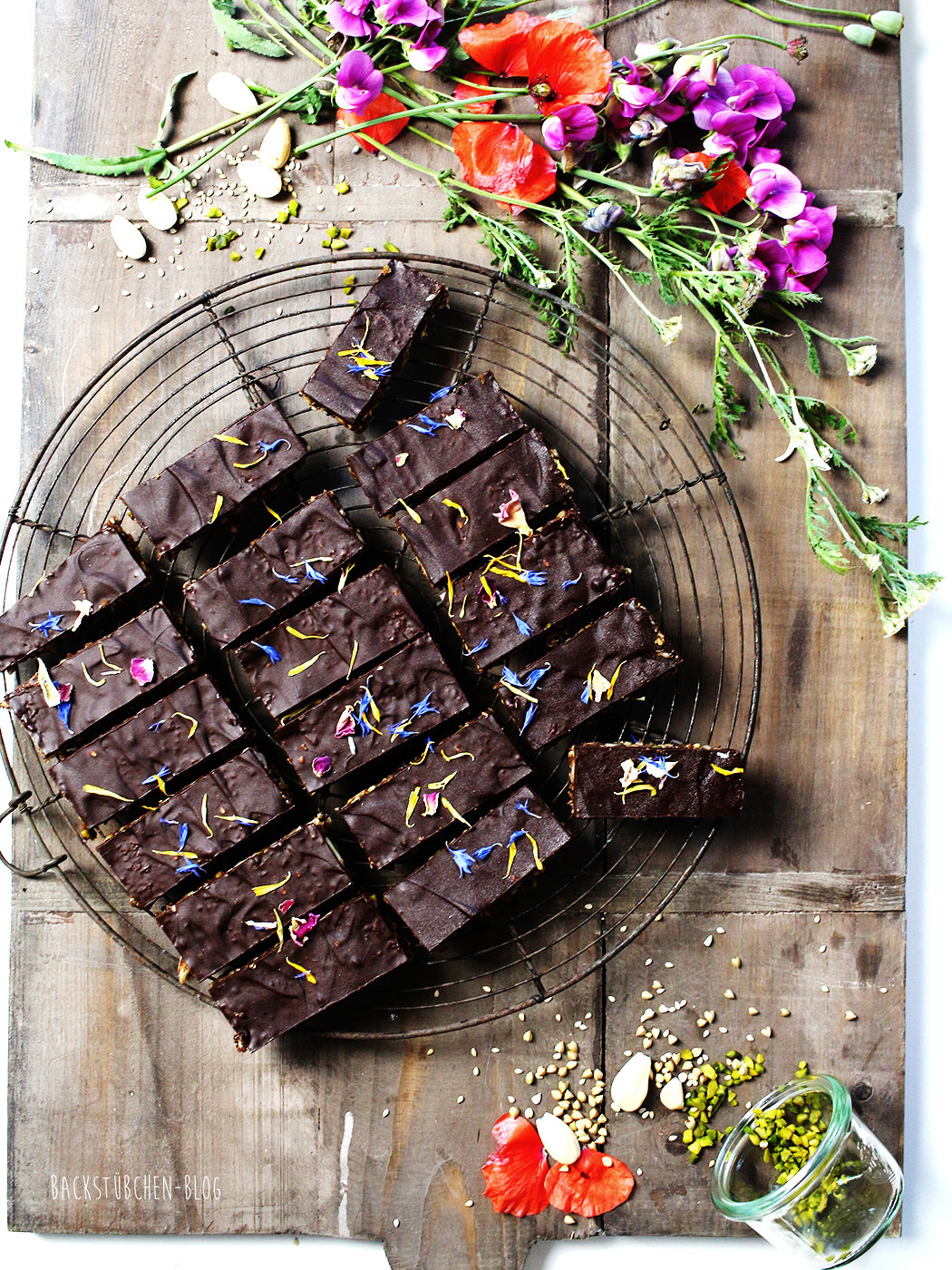 #SuperfoodSamstag bei feiertäglich mit einem Rezept für 10 Minuten-Superfood-Schokoriegel vom Backstübchen Blog