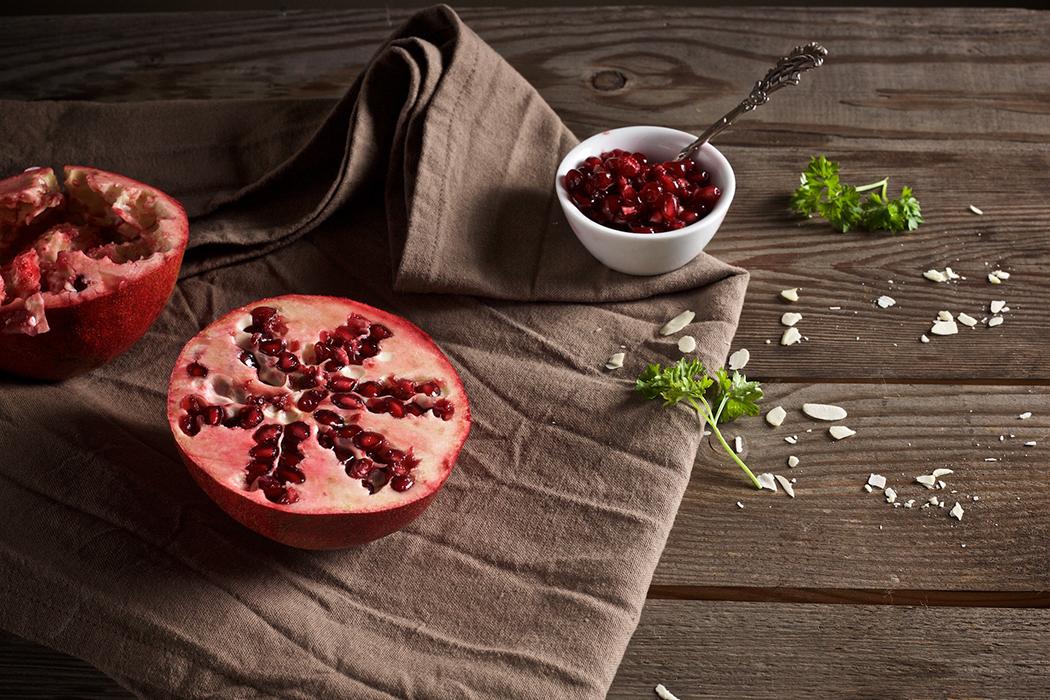cremige Petersilienwurzelsuppe mit Granatapfelkernen und Mandelsplittern | Rezept beim #SuperfoodSamstag bei feiertäglich von Ihana