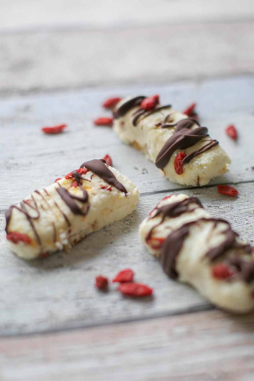 """Rezept für Kokos-Gojibeeren-Riegel zum #superfoodsamstag bei feiertäglich von """"Von Honig und Vanille"""""""