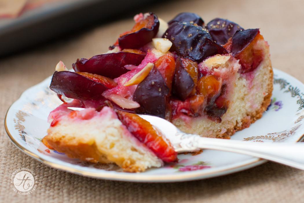 Zwetschgenkuchen vom Blech mit Hefeteig und Mandeln, Rezept von feiertäglich.de