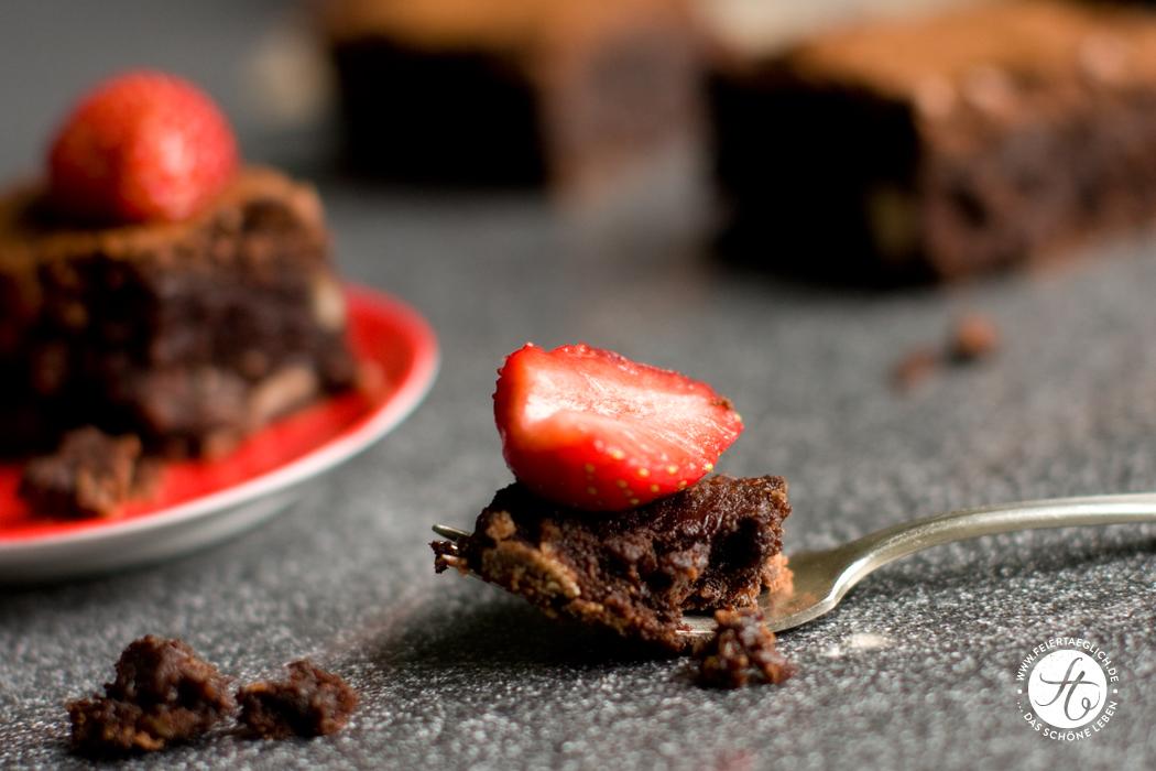 Haselnuss Brownies mit Erdbeeren , super saftig und schokoladig, Rezept von feiertäglich