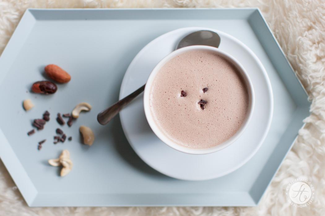 Hot Superfood Chocolate mit Cacao-Nibs, Cashews , Maca & Hanfsamen | Rezept zum #SuperfoodSamstag von feiertaeglich.de