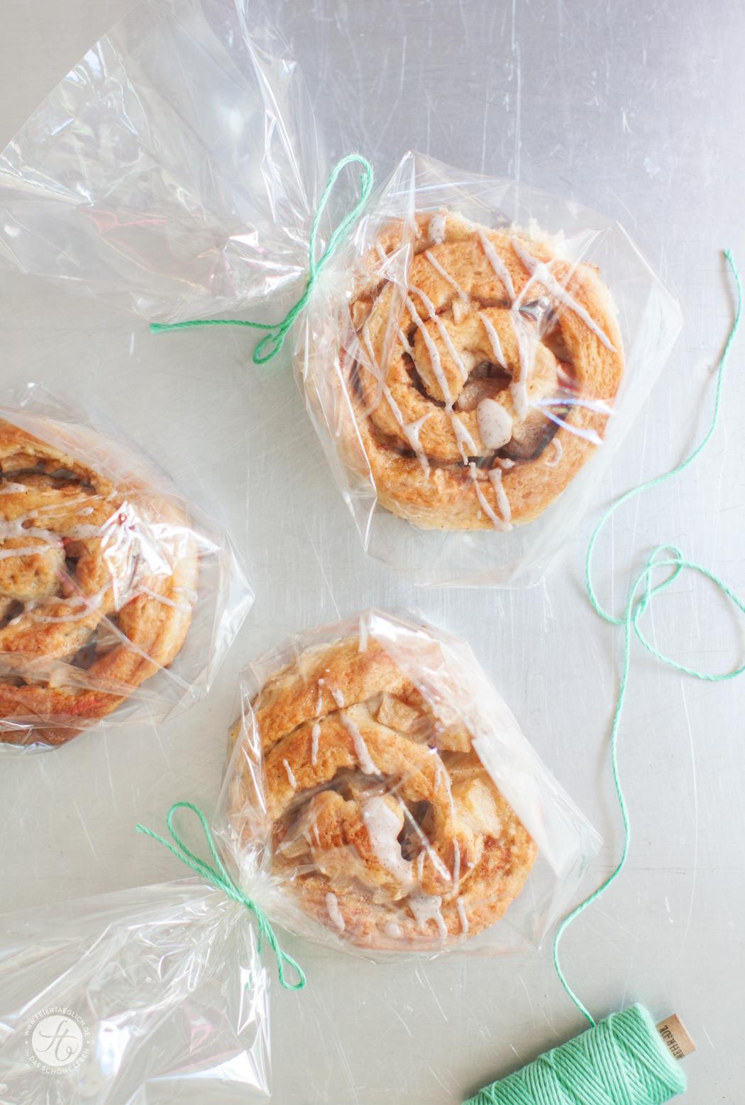 Apfel-Zimfoodblog, zimtschnecken, hefeschnecken, Rezept, Hefegebäck, Gebäck, Apfel, backen, ichbacksmir, feiertäglich, blog, Äpfel, einfach, saftig, fruchtig, schnell, Kardamom, knusprig, Vanille, Zuckerguss, vanilleguss, beste, hefe, cinammon rolls, Zimtrollen, Zimtt-Schnecken mit Vanille-Guss, ein Rezept für knusprige und zugleich saftige Hefeschnecken, die definitiv die Nerven beruhigen | von feiertäglich.de