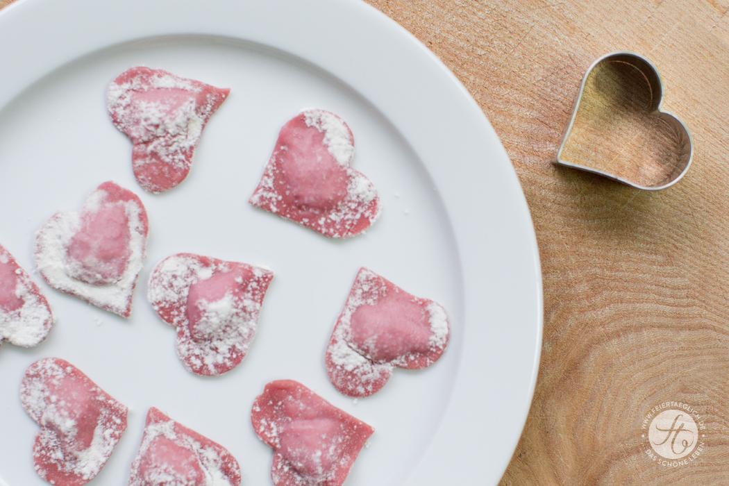 Selbstgemachte Ravioli-Herzchen mit rote Beete