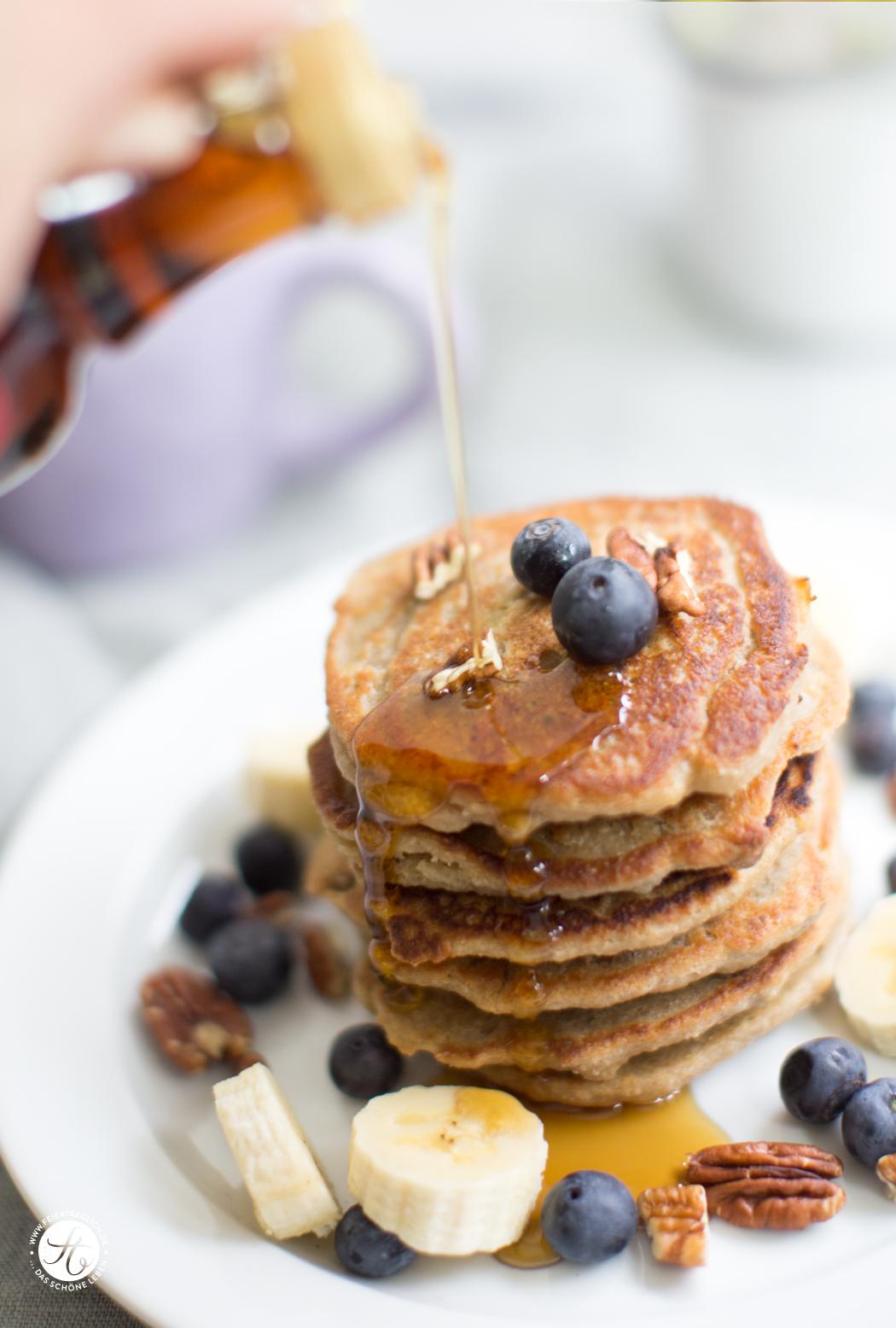 Banana-Oatmeal Pancakes mit Pekannüssen und Blaubeeren mit Ahornsirup vegan und glutenfrei | Rezept von feiertäglich.de