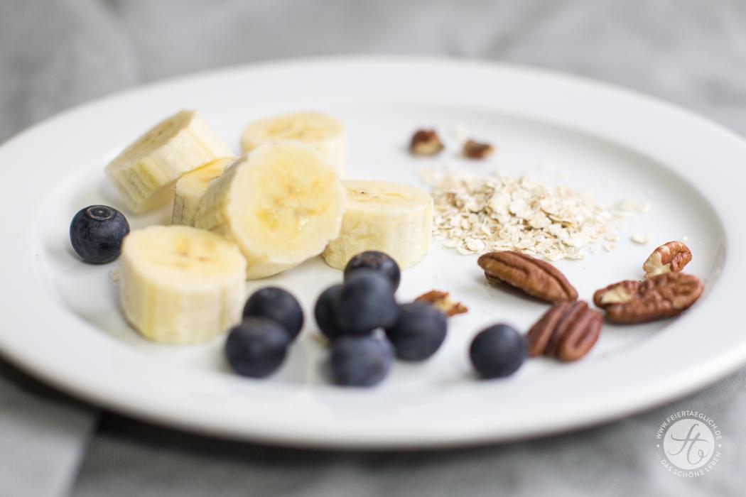 Zutaten für Banana-Oatmeal Pancakes mit Pekannüssen und Blaubeere, vegan und glutenfrei | Rezept von feiertäglich.de