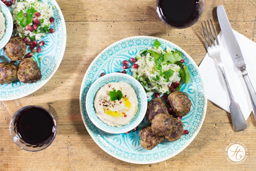 Orientalische Fleischbällchen mit Petersilien-Reis, Humus und Granatapfelkernen | Rezept von feiertäglich.de