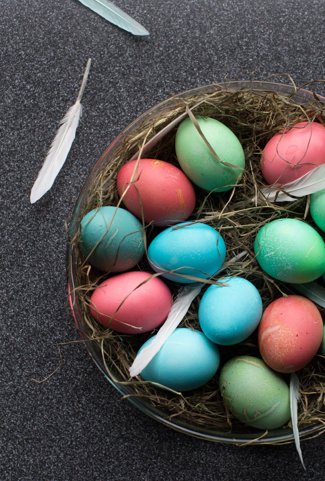 Osternest 2016, Eier in Pastell Farben, Federn, Stroh