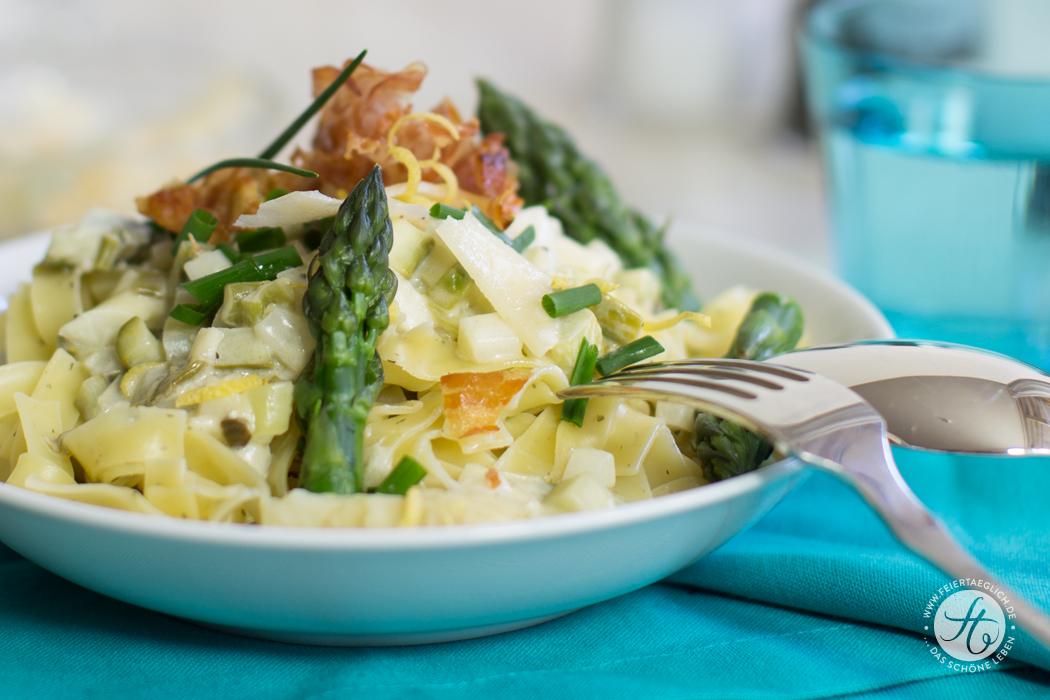 Zitronen-Schnittlauch Pasta mit grünem & weißem Spargel, Parmesan und knusprigem Pancetta, Rezept von feiertäglich.de
