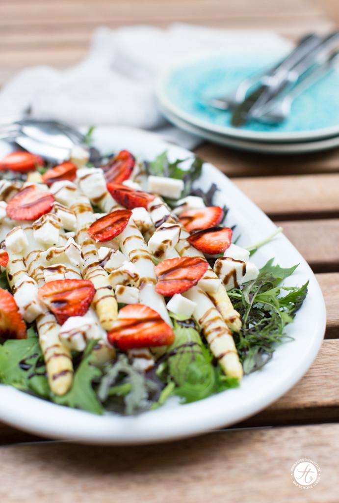 Gebackener Spargel mit Erdbeeren und Ziegenkäse auf Wildsalaten, Rezept von feiertaeglich.de