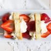 Erdbeer-Torten-Spieße mit Kokos-Baiser-Creme | Rezept von feiertaeglich.de für das Sweet Paul Magazin