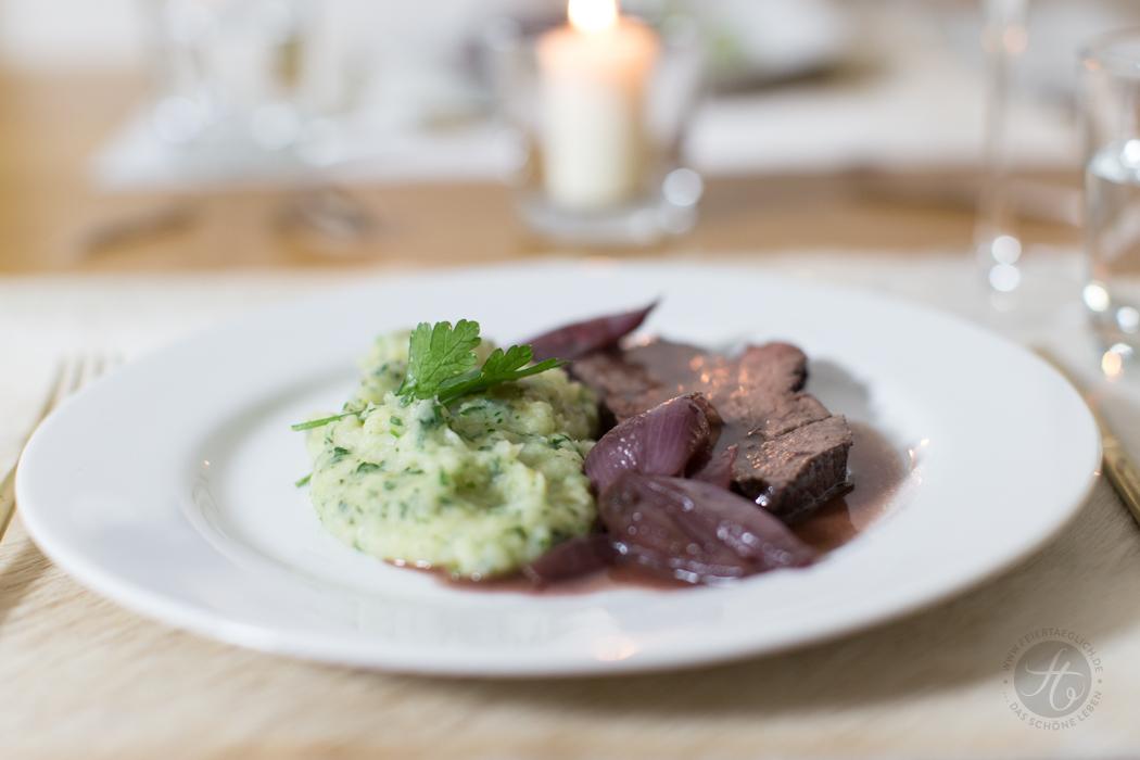 Hauptspeise: Rinderfilet, in Rotwein pochiert, mit Sellerie-Pertersilienpüree und Rotweinschalotten | Rezept von feiertäglich.de zum Sommer-Regenwetter-Schlemmer-Menü für 2