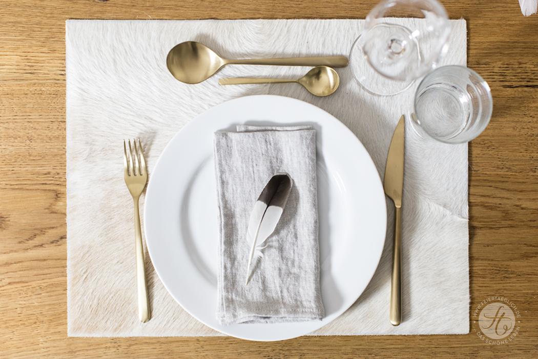 Tischdekoration, ganz natürlich mit Federn, Kuhfellsets und Leinenservietten