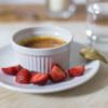Dessert: Creme Brulée mit Tonkabohne und Erdbeere | Rezept von feiertäglich.de zum Sommer-Regenwetter-Schlemmer-Menü für 2