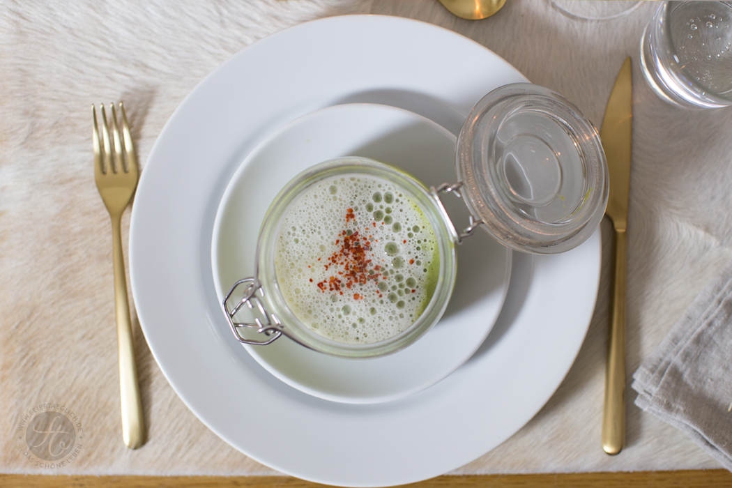 Vorspeise: Grünes Spargel-Erbsensüppchen mit Parmesanschaum | Rezept von feiertäglich.de zum Sommer-Regenwetter-Schlemmer-Menü für 2