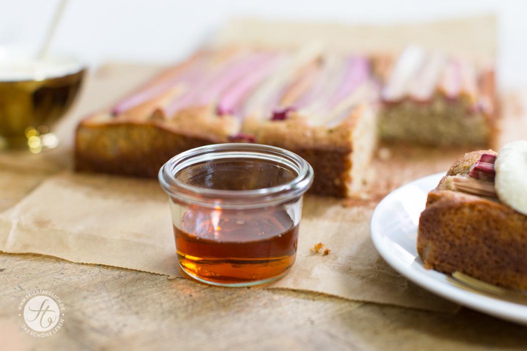Rhabarber-Ahornsirup-Kuchen mit Mandelcreme, ganz ohne Zucker und so lecker. Rezept von feiertäglich.de #Rhabarbermania