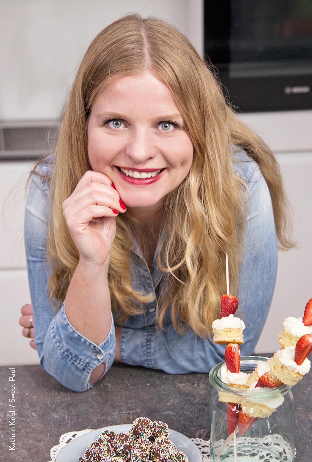 Bloggerportrait, Sarah Renziehausen. Erdbeer-Torten-Spieße mit Kokos-Baiser-Creme | Rezept von feiertaeglich.de für das Sweet Paul Magazin