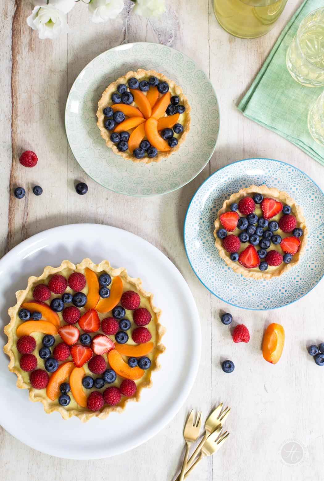 Happy-Hippie-Tartes mit Sommerbeeren und Aprikosen auf Kokoscreme | Rezept von feiertäglich.de