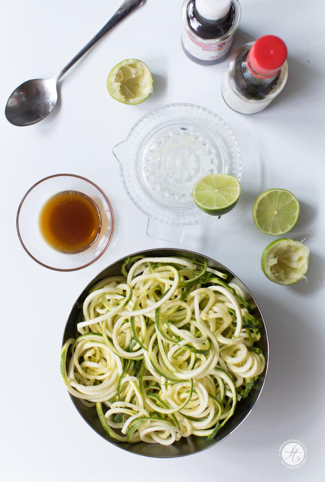 Zoodles (Zucchini-Nudeln) asiatisch, low-carb, gesund, einfach & lecker Rezept von feiertäglich.de