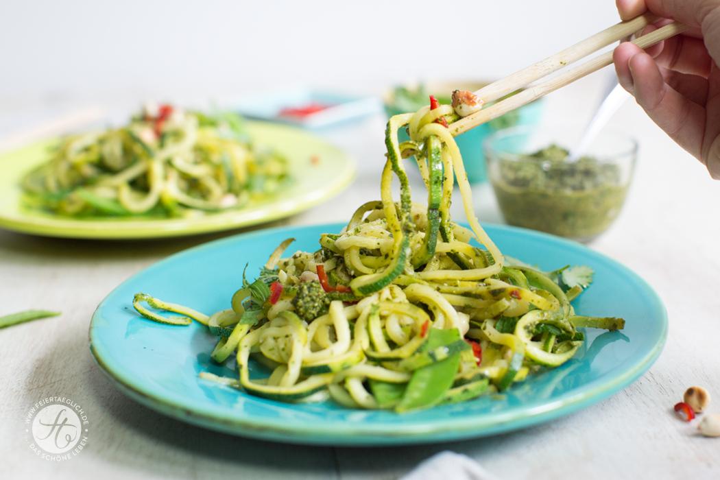 Asia-Zoodles mit Koriander-Pesto, Erdnüssen und Chili, low-carb, gesund & lecker. Rezept von feiertaeglich.de