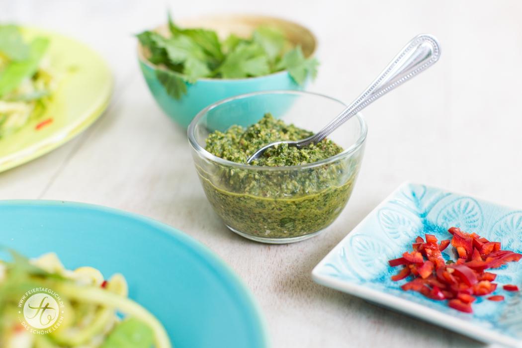 Asiatisches Korianderpesto mit Erdnüssen, Chili, Ingwer. Lecker zu Zoodles Rezept von feiertaeglich.de