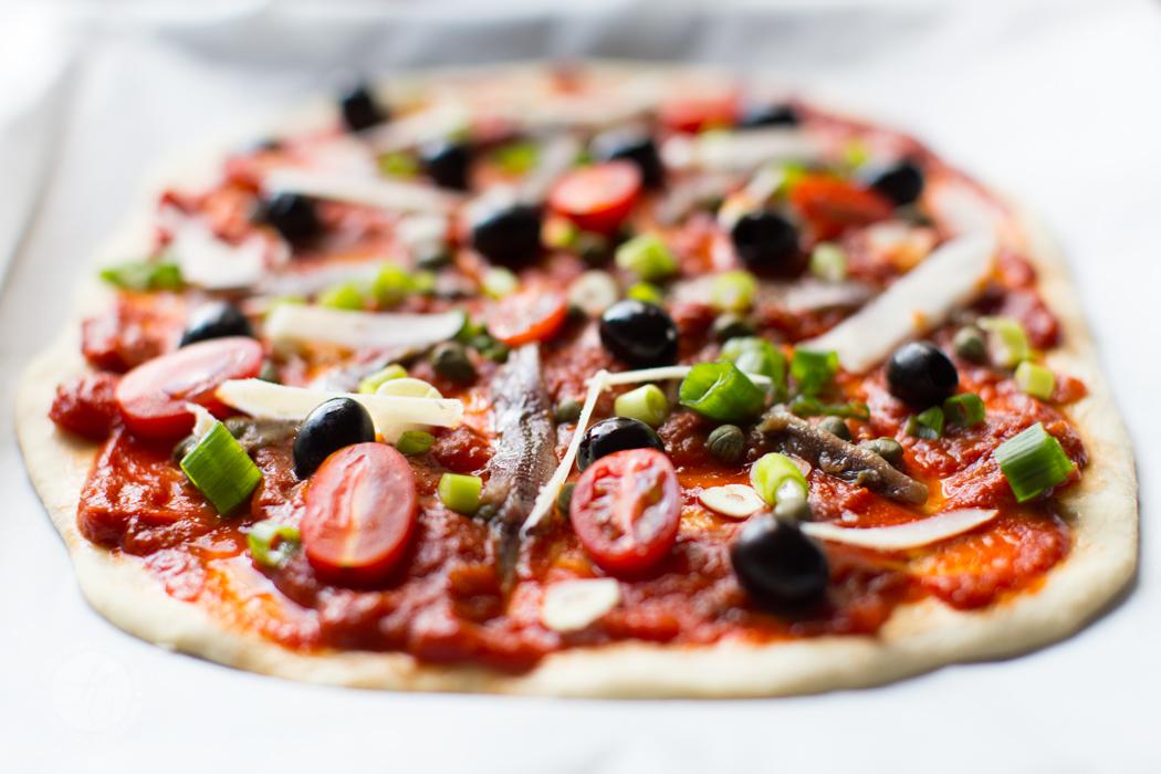 Pizza Napoli kurz vor dem Backen, knusprig, dünn, echt italienisch | Rezept von feiertaeglich.de