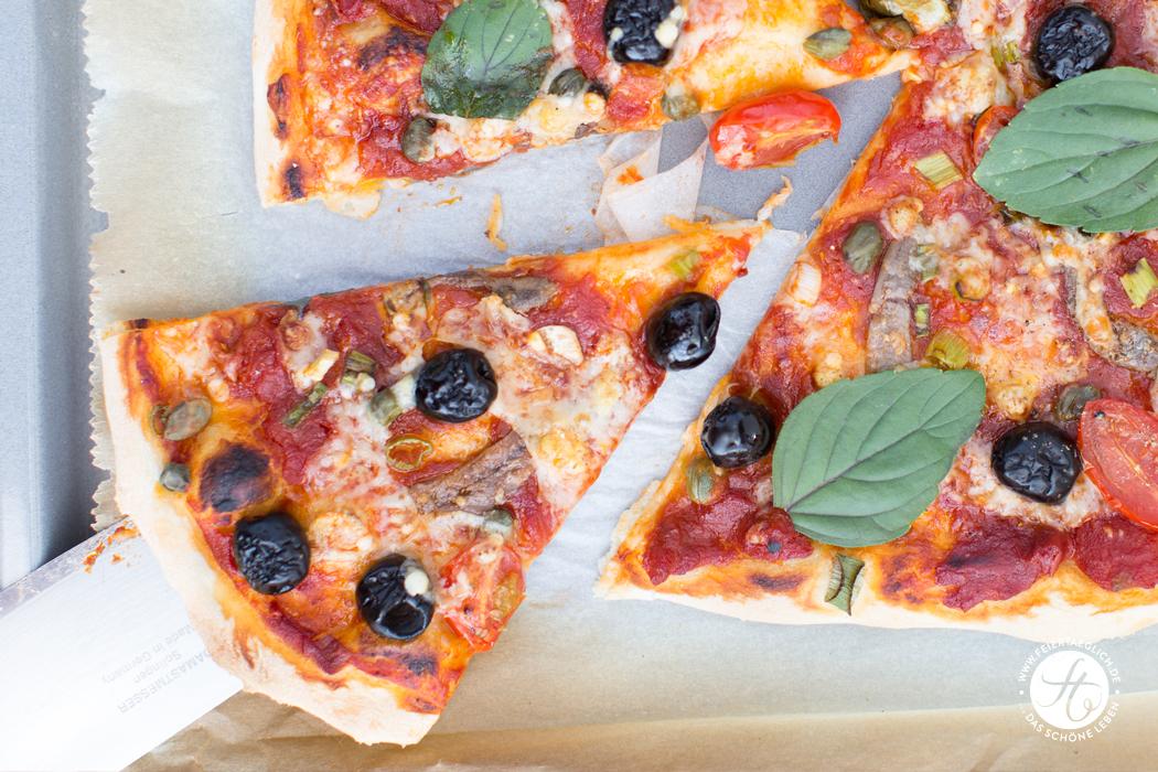 Pizza Napoli, knusprig, dünn, echt italienisch | Rezept von feiertaeglich.de