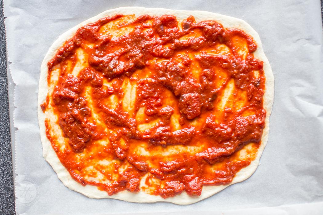 Pizzateig mit Tomatensauce, knusprig, dünn, echt italienisch | Rezept von feiertaeglich.de