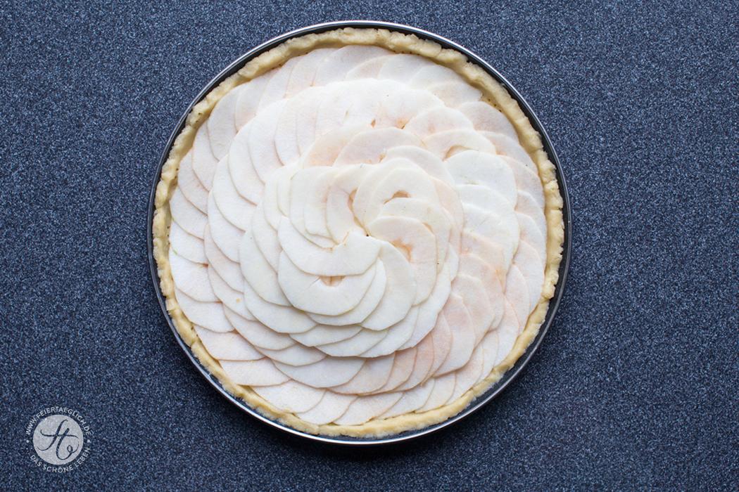 Fächerförmig mit Apfelscheiben belegen, Apfeltarte vor dem Backen | Rezept von feiertäglich.de