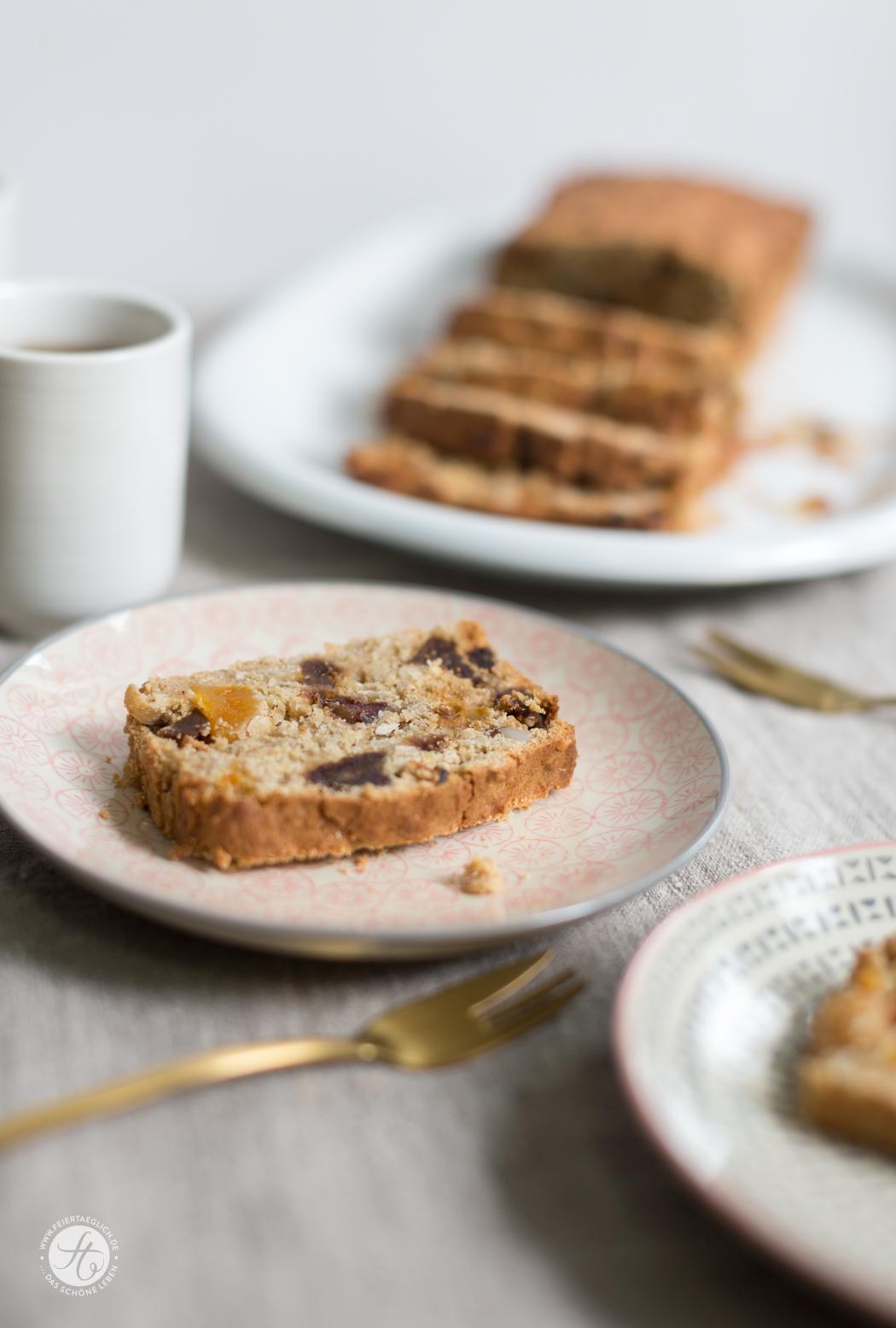 Saftiges Kokos-Früchte-Brot mit vielen Trockenfrüchten, glutenfrei, zuckerfrei und so lecker! Rezept von feiertaeglich.de