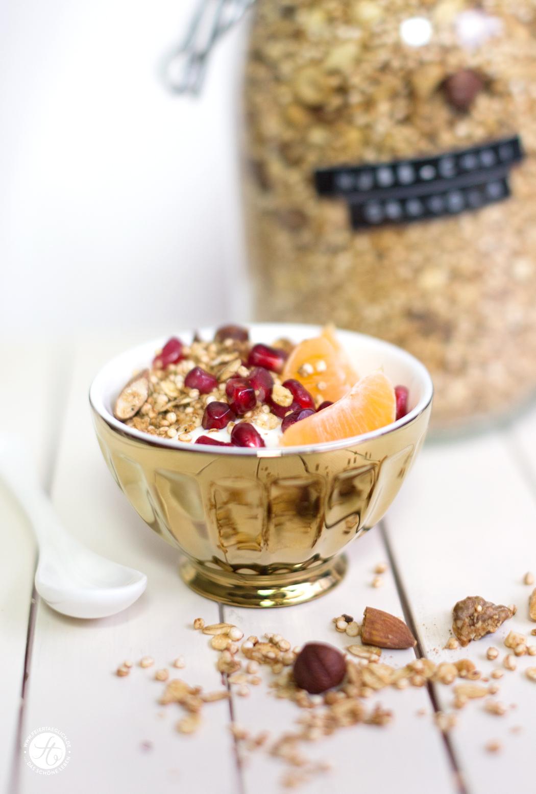 Selbst gemachtes Nuss-Chai-Granola mit Joghurt, Granatapfel und Mandarinen, Frühstücksglück