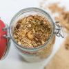 Nuss-Chai-Granola, Rezept für zuckerfreies Knuspermüsli mit Nüssen und Chao-Geschmack von feiertäglich.de