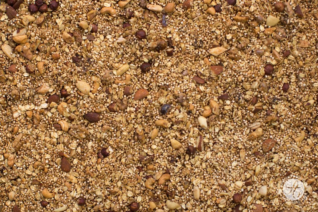 Ofengeröstetes Nuss-Chai-Granola, Rezept für zuckerfreies Knuspermüsli mit Nüssen und Chao-Geschmack von feiertäglich.de
