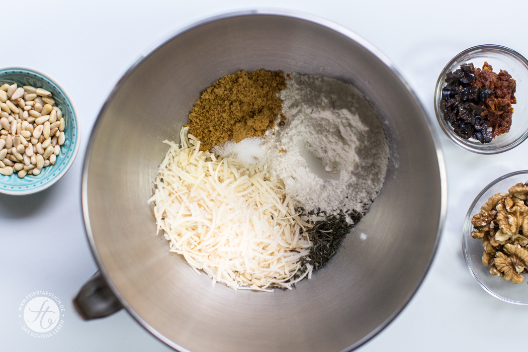 Zubereitung herzhafte Parmesan-Cantuccini mit getrockneten Tomaten, Walnüssen, Pinienkerne, Oliven und Rosmarin