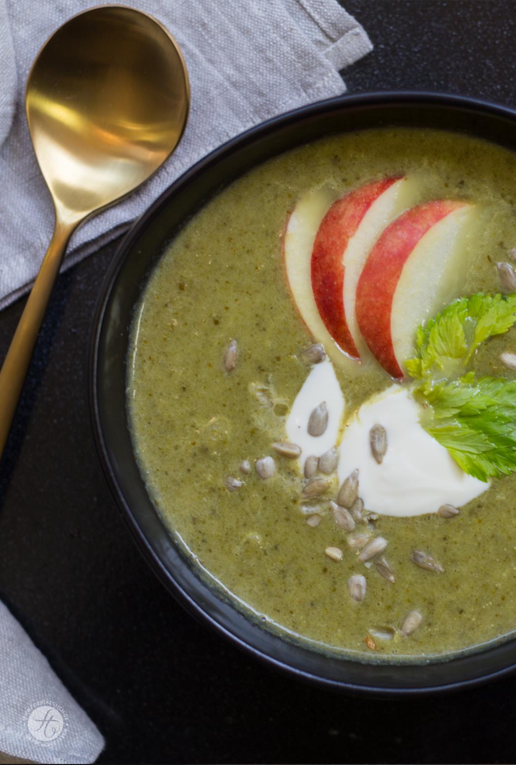 Grüne Sellerie-Creme-Suppe mit Apfel und gerösteten Sonnenblumenkernen | Rezept von feiertaeglich.de