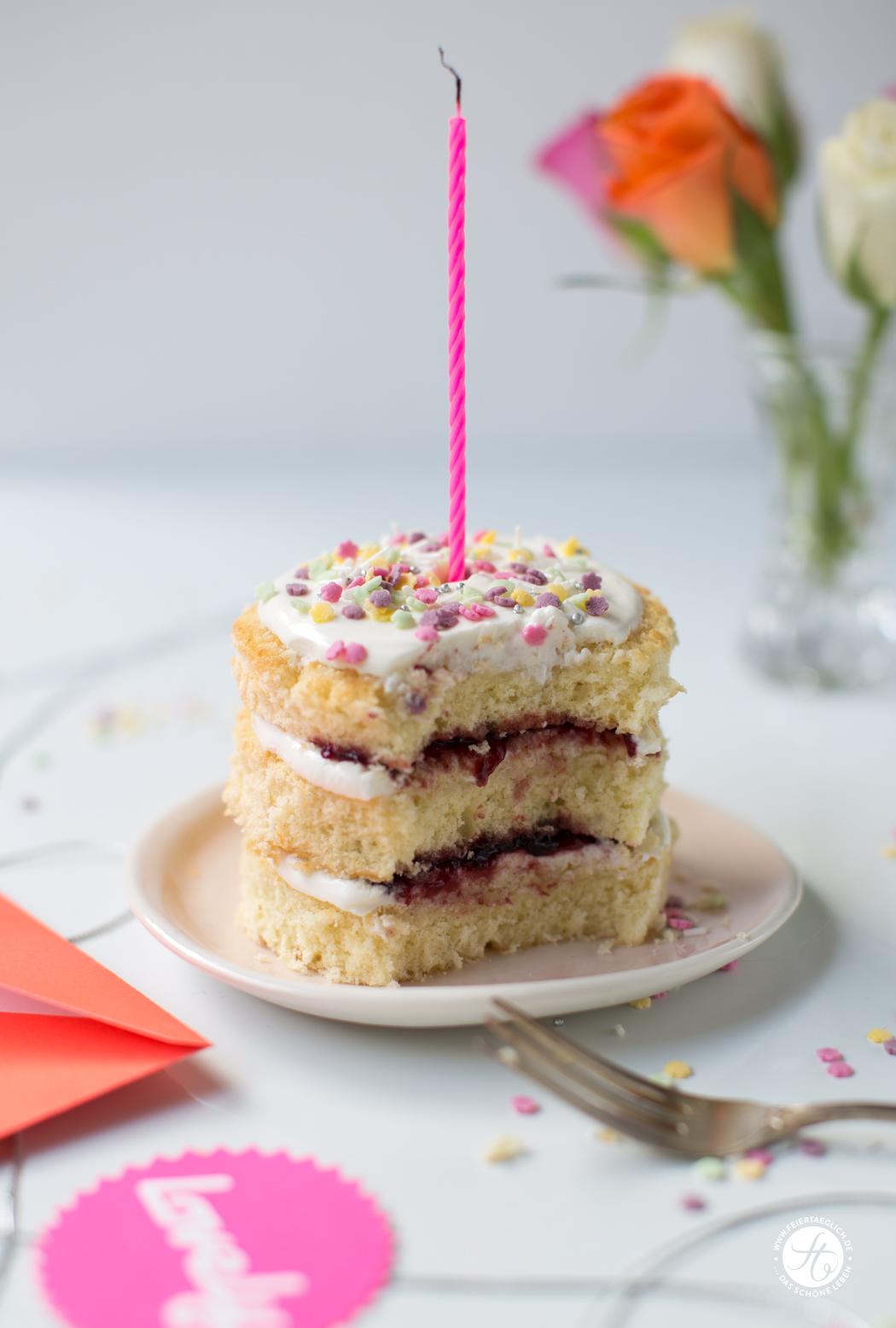 Geburtstagstörtchen auf Vorrat: Rezept für schnelles Törtchen zum Geburtstag mit Biskuit, Joghurtcreme, Konfitüre und kunterbunten Sprinkles.