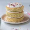 Geburtstagstörtchen auf Vorrat: Rezept für schnelles Törtchen zum Geburtstag mit Mandelbiskuit, Joghurtcreme, Konfitüre und kunterbunten Sprinkles. Step by Step,