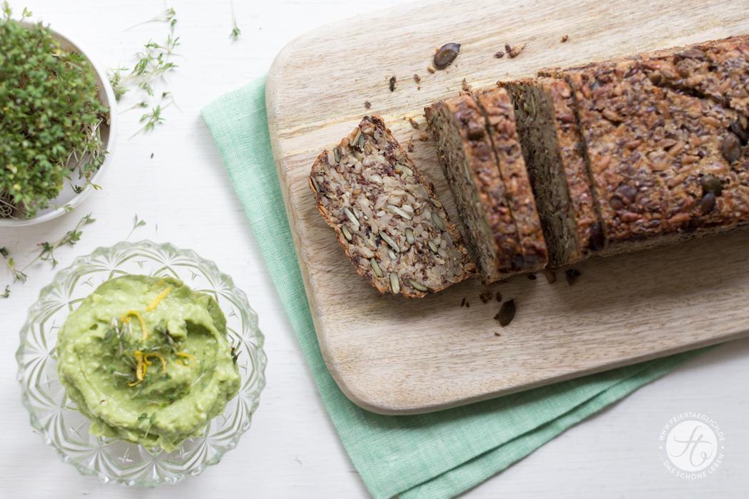 """Glutenfreies Brot mit Avocado-Zitronen-Feta-Creme und Kresse, Rezept für """"Life-Changing-Bread"""" und Avocado-Aufstrich"""
