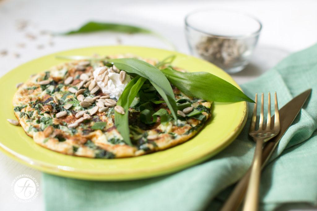 Quick, Easy, Happy & Healthy: Bärlauch-Fritatta mit gerösteten Sonnenblumenkernen und Ziegenfrischkäse, Schnelles, einfaches Rezept zum Lunch oder Dinner