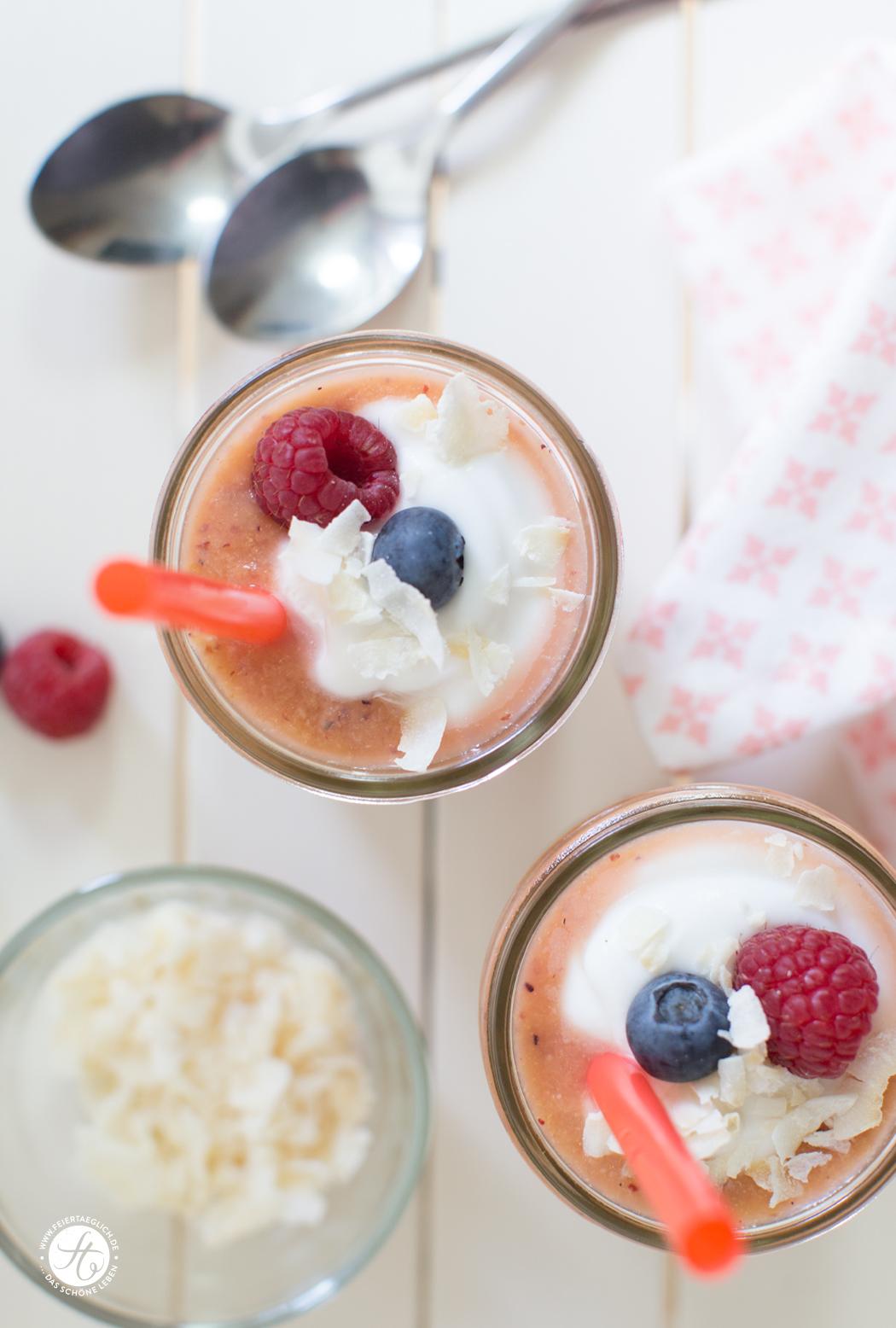 Rezept für einen fruchtigen Beeren-Apfel-Orange-Kokos-Smoothie mit Kokosjoghurt, Hsppy Easter