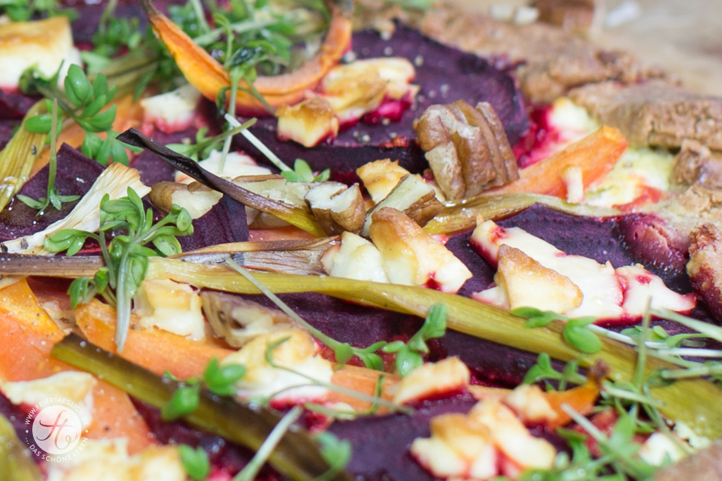 Rote Beete-Karotten Crostata mit Schafskäse, Kresse & Pekannüssen auf Quinoa-Boden (glutenfrei)