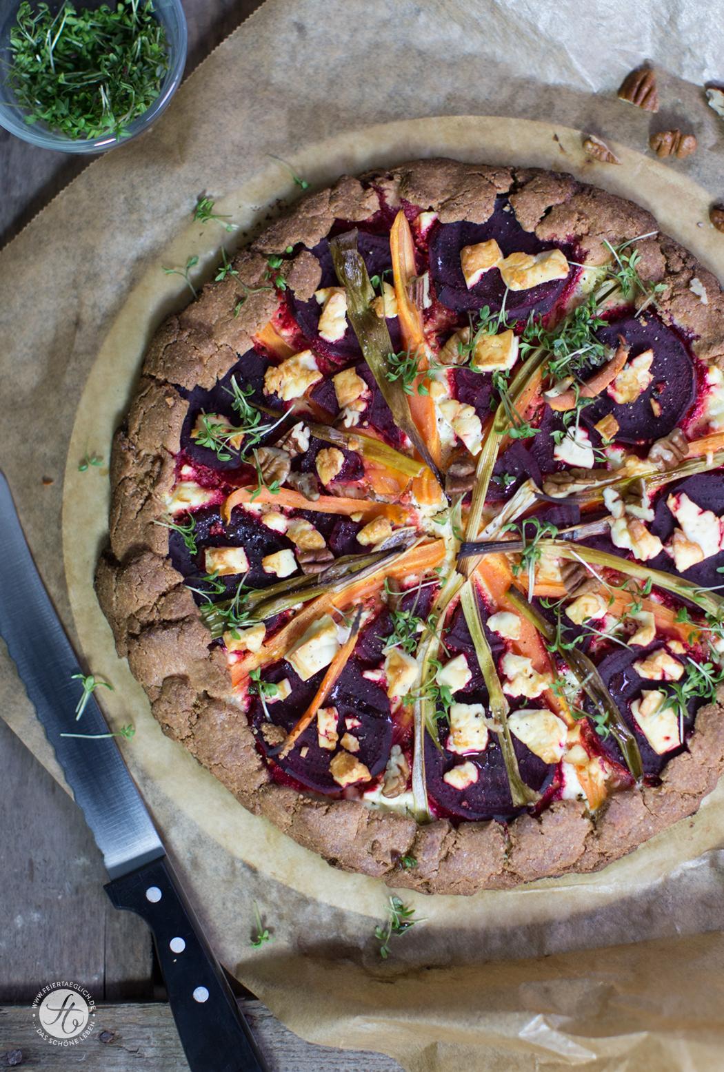 Rote Beete-Karotten Crostata mit Schafskäse, Kresse & Pekannüssen auf Quinoa-Boden (glutenfrei & vegetarisch)