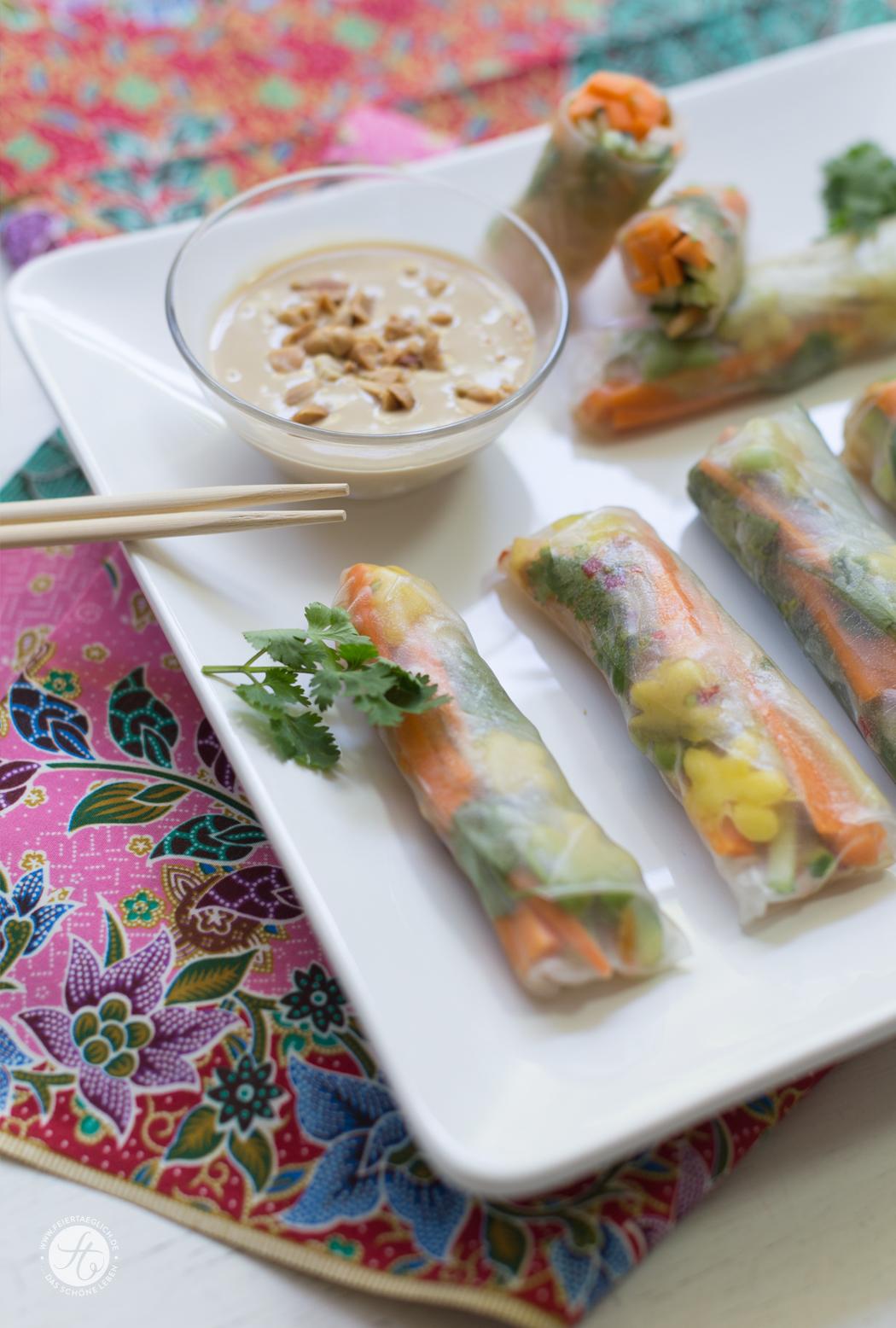 Sommerrollen mit Mango und Avocado, dazu Erdnuss-Sauce (vegan) – ein Rezept für einen kleinen kulinarischen Thailand Ausflug