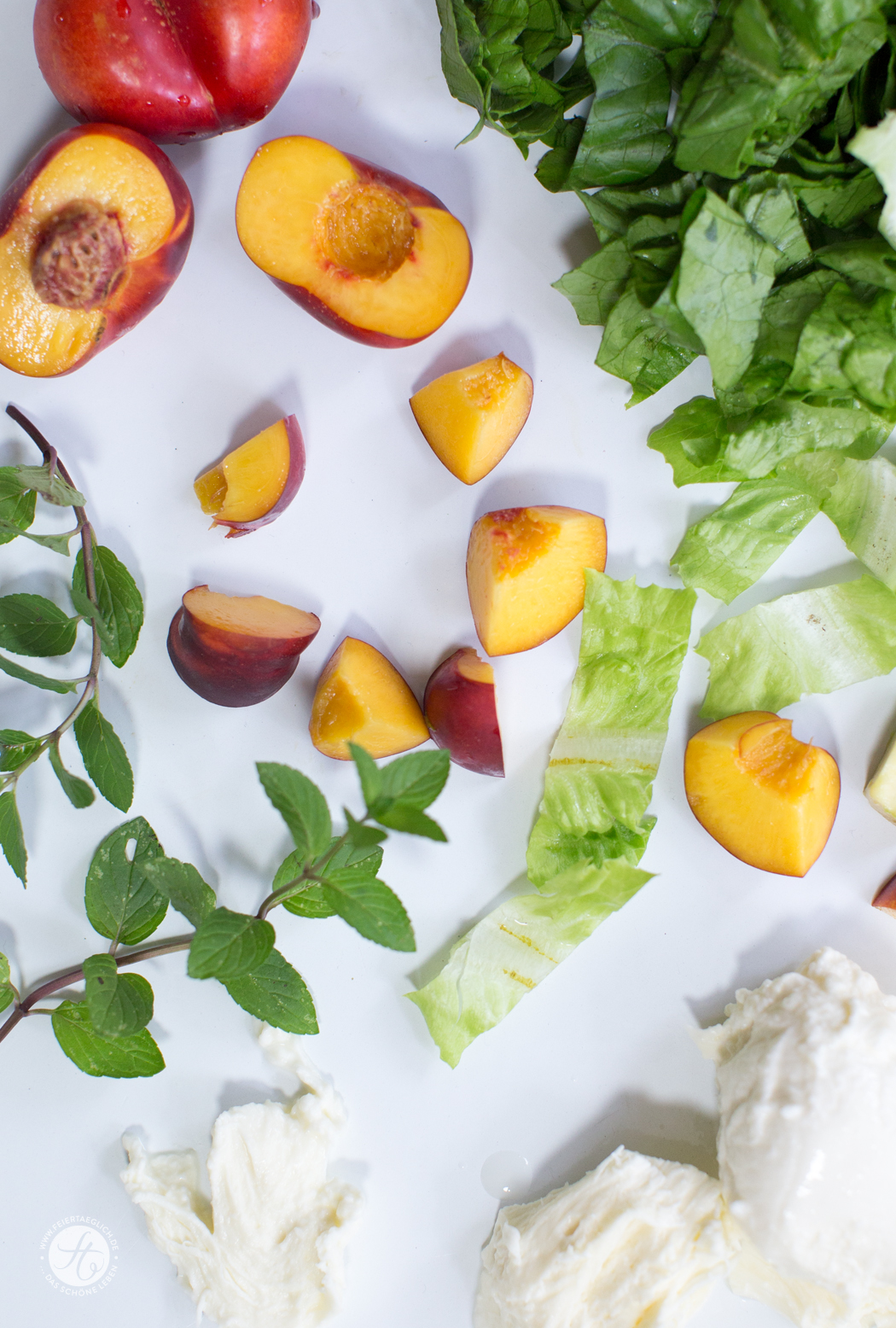 Sommersalat mit Nektarine, Avocado und Mozzarella mit Minzdressing im Glas, Rezept zum Picknick