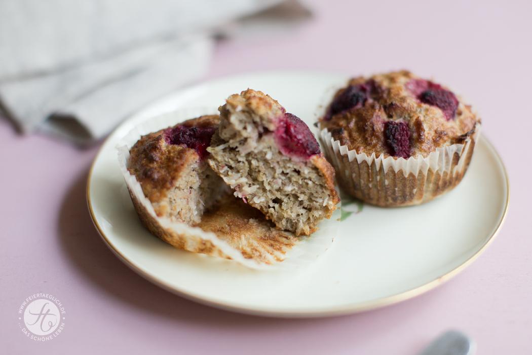 Rezept für schnelles und gesundes Küchleinglück: Bananen-Hafer-Kokos-Muffins mit Himbeeren (zuckerfrei & vollwertig)
