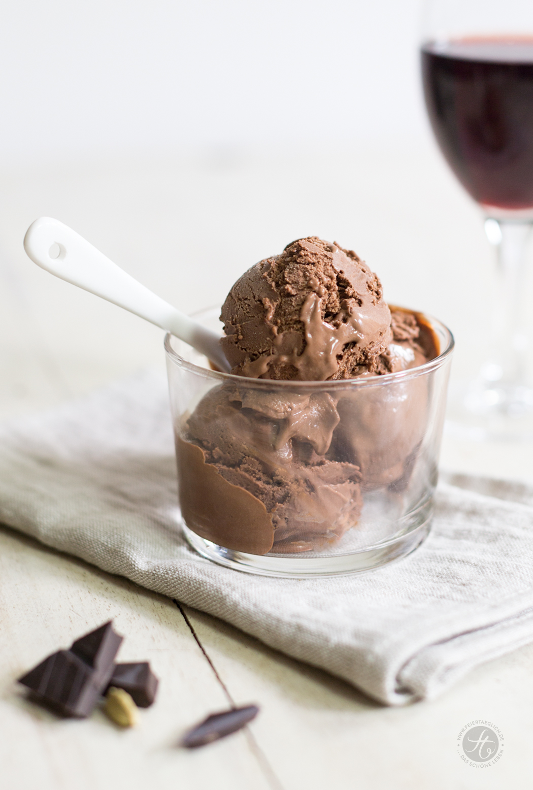 cremiges Zartbitter-Schokoladeneis mit Kardamom, Rezept