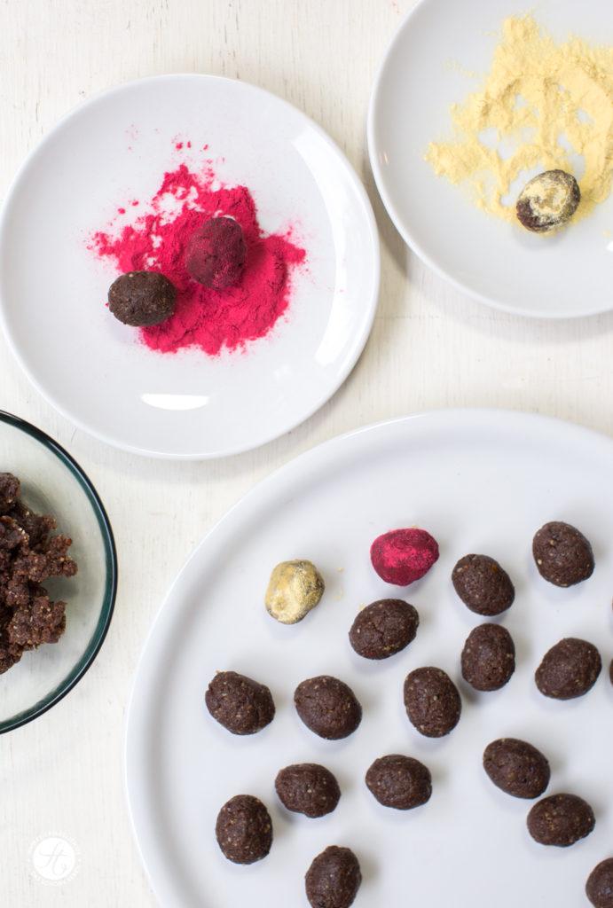 Kakao-Haselnuss-Ostereier im Himbeer-oder Maracujamantel – Energy-Naschereien zu Ostern, Energy-Balls Rezept, vegan